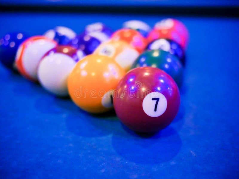Billardsnooker-Pyramidenbälle auf blauer Tabelle des Pools stockbilder