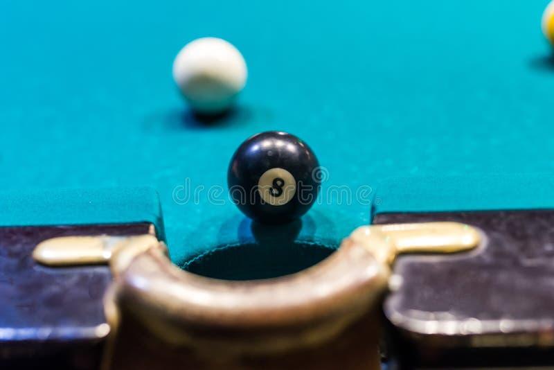 Billardspiel, Ball acht nahe Ecktasche lizenzfreies stockbild