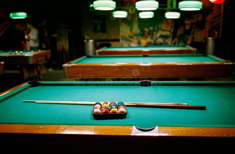 Billardspiel-Snookerbälle auf grüner Tabelle stockbild