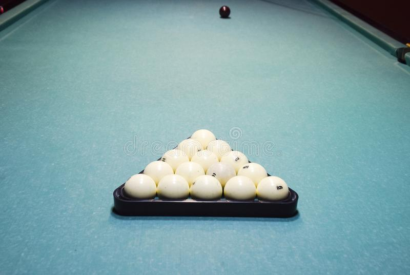Billares, tabla de billar, bolas en el triángulo Construcción o foto de archivo