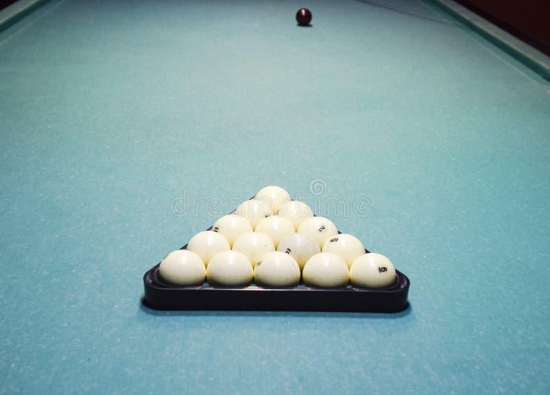 Billares, tabla de billar, bolas en el triángulo Construcción o fotografía de archivo