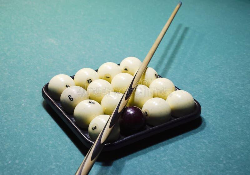 Billares, tabla de billar, bolas y señal Bolas en la bandeja y imagenes de archivo