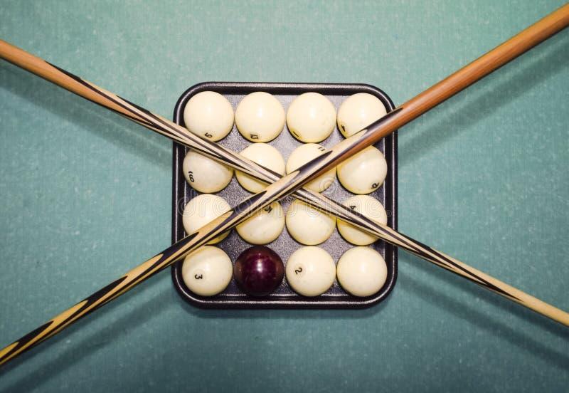 Billares, tabla de billar, bolas y señal Bolas en la bandeja y fotos de archivo libres de regalías