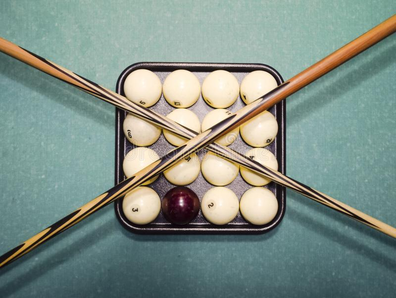Billares, tabla de billar, bolas y señal Bolas en la bandeja y imágenes de archivo libres de regalías