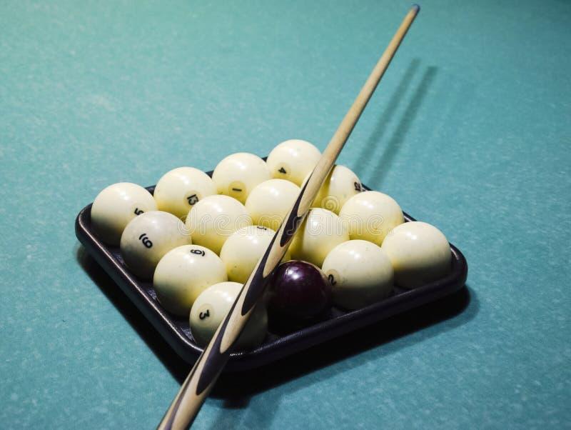 Billares, tabla de billar, bolas y señal Bolas en la bandeja y foto de archivo libre de regalías