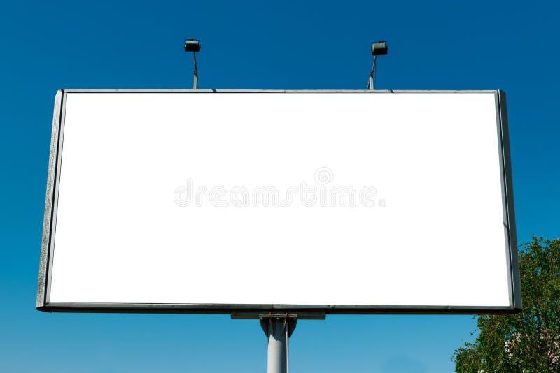 Billboard, cartellone, cartellone di tela, disposizione contro il cielo azzurro Il concetto di pubblicità esterna, marketing, ven immagini stock