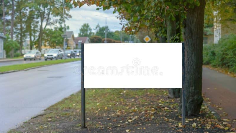 Billboard per la pubblicità in prossimità di un autotreno fotografie stock