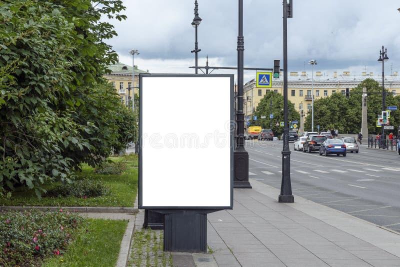 Billboard verticale, isolato bianco sullo sfondo della città immagine stock libera da diritti