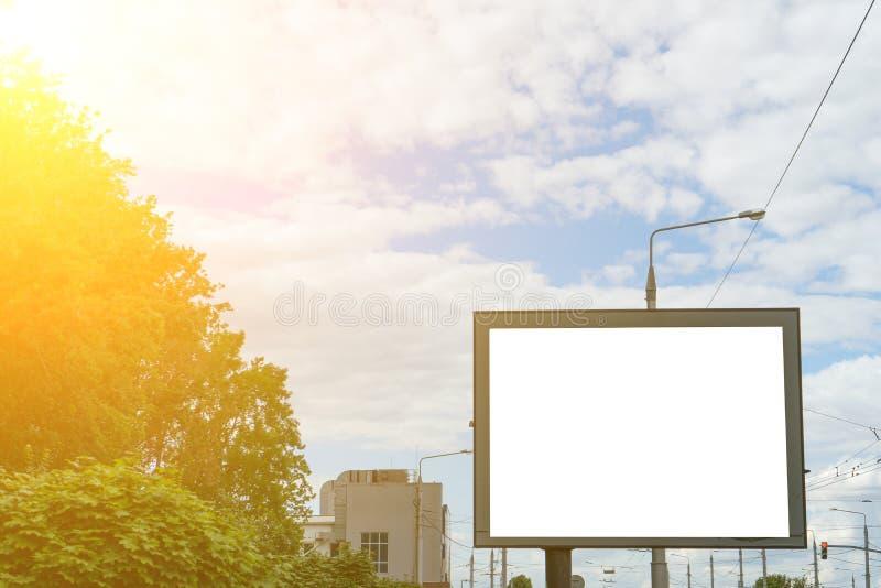 Billboard vuoto accanto all'autostrada, lo sfondo della pubblicità Infilare immagini stock libere da diritti