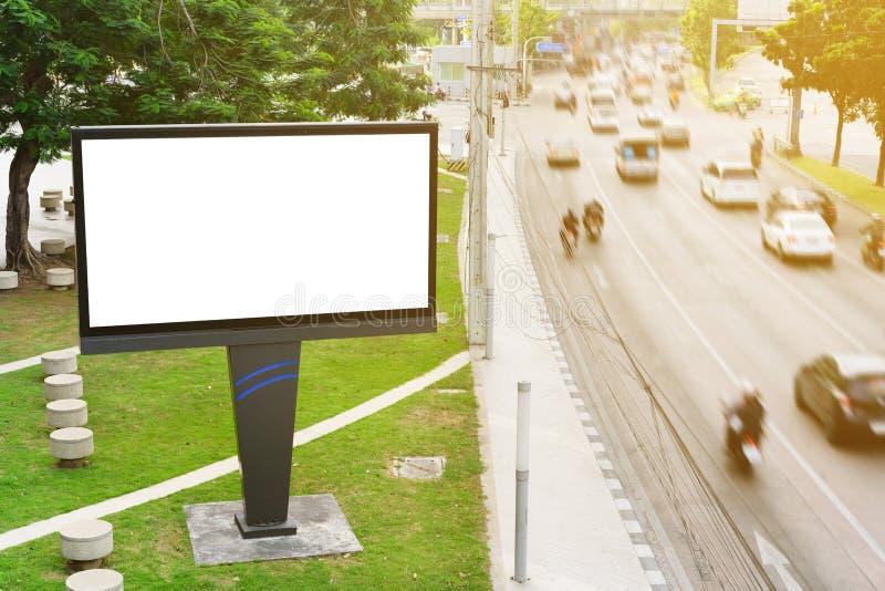 Billboard w miasto ulicie, pustego ekranu ścinku ścieżka zawiera zdjęcia royalty free