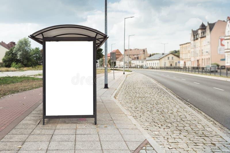 Billboardu plakat przy autobusową przerwą w dużym mieście zdjęcia stock