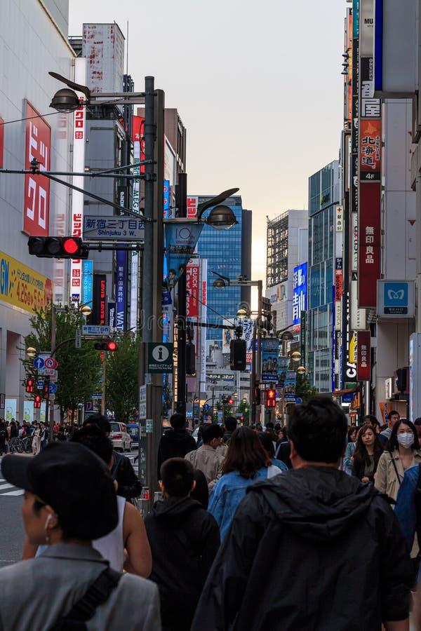 Billboardy i neonowy podpisują wewnątrz Shinjuku, Tokio zdjęcie royalty free