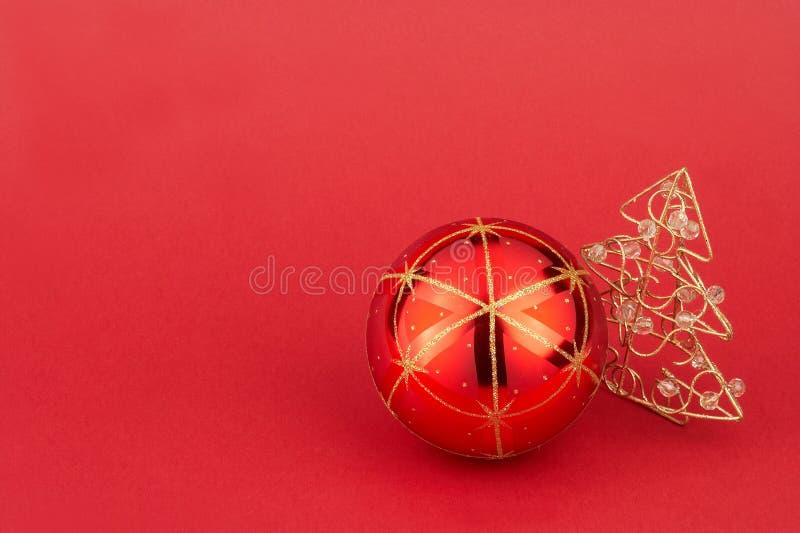 Bille d'arbre de Noël et arbre de Noël rouges - Weihnachtskuge par coeur photo stock