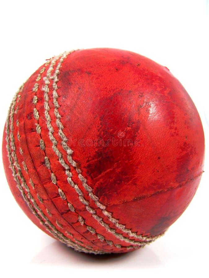 Bille de cricket rouge polie photographie stock libre de droits