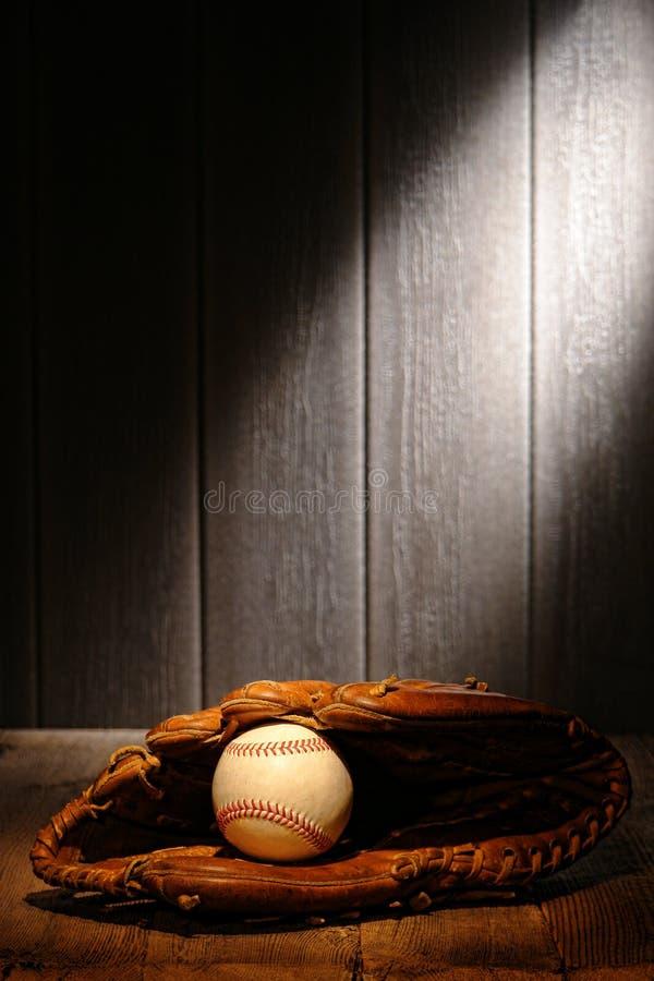 Bille de cru dans le vieux gant de gant de baseball de cuir de base-ball photographie stock libre de droits
