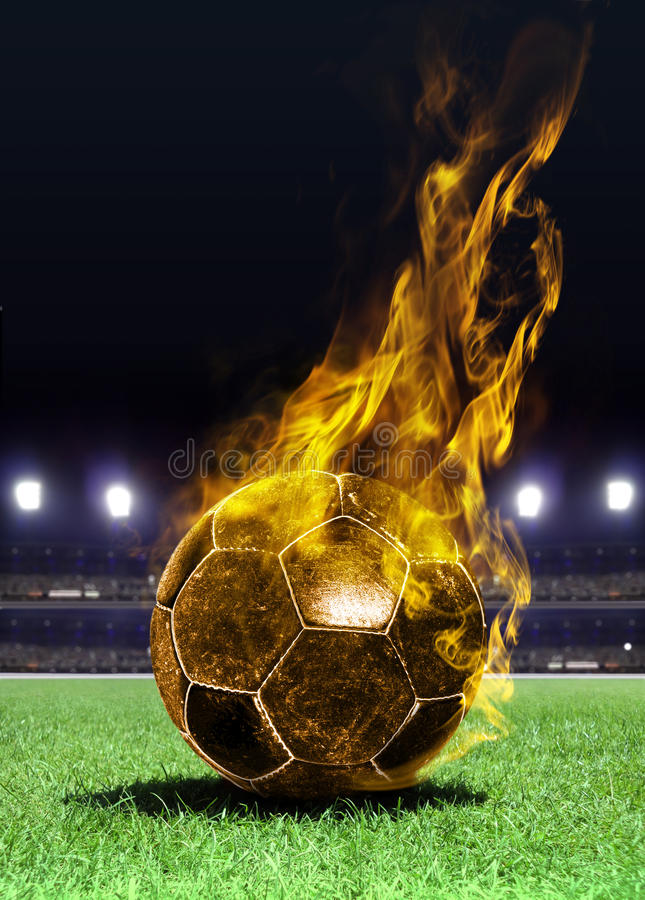 Bille de football ardente sur la zone photos libres de droits