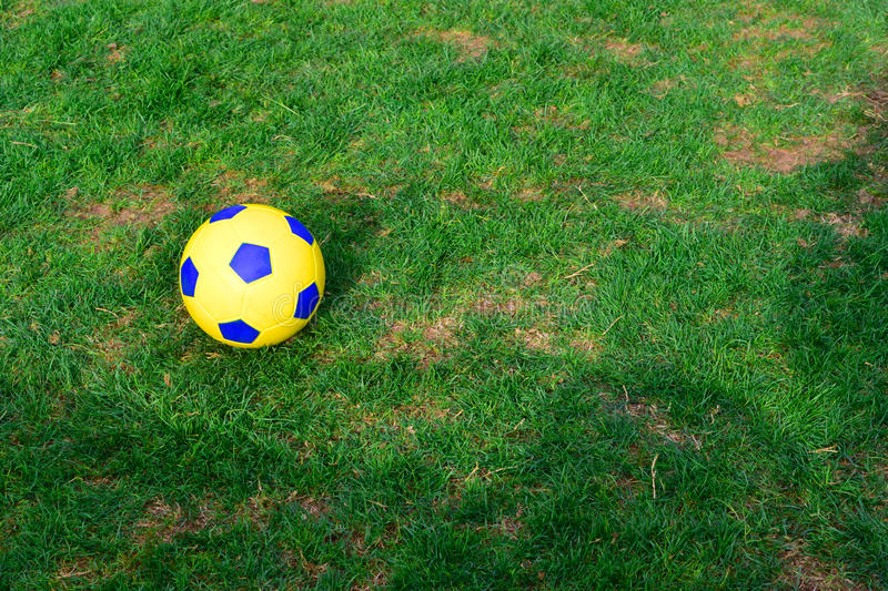 Bille de football sur l'herbe image libre de droits