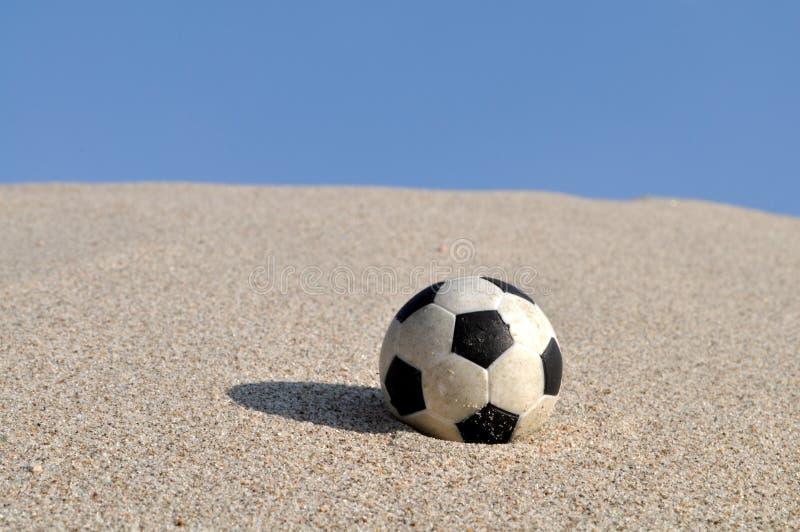 Bille de football sur la plage photos libres de droits