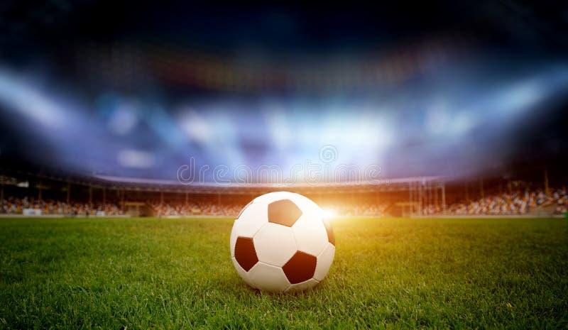 Bille de football sur la zone du stade images libres de droits