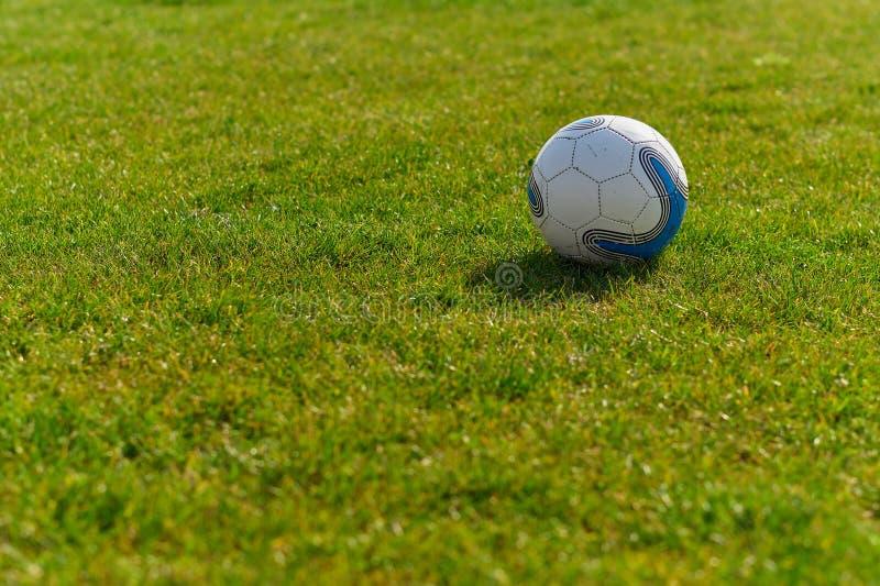 Bille de football sur la zone verte photographie stock libre de droits