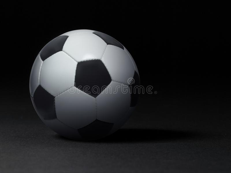 Bille de football sur le fond noir photo stock