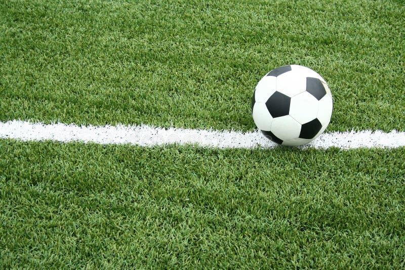 Bille de football sur le terrain de football avec la ligne de courbe photographie stock