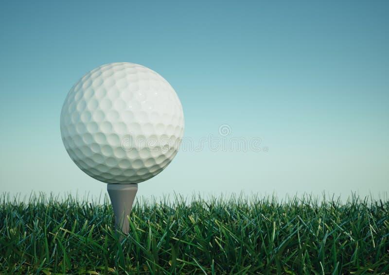 Bille de golf avec le té dans l'herbe image libre de droits