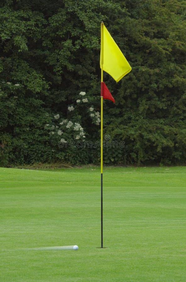 Bille de golf dans le mouvement photos stock