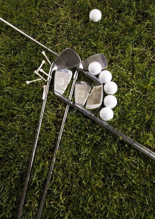 Bille de golf sur l'herbe avec le gestionnaire photographie stock