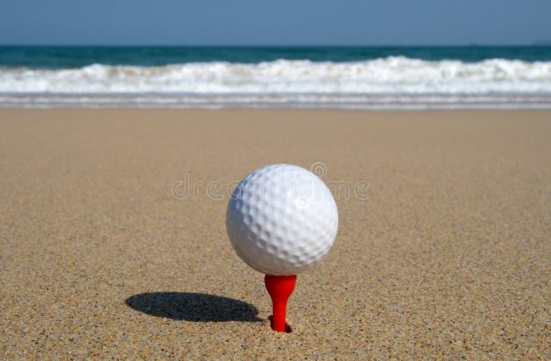 Bille de golf sur la plage. photo stock