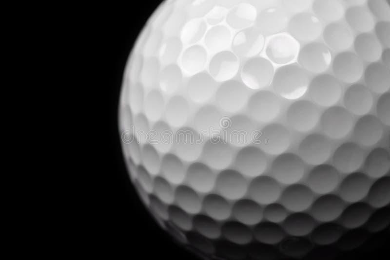 Bille de golf sur le noir images libres de droits
