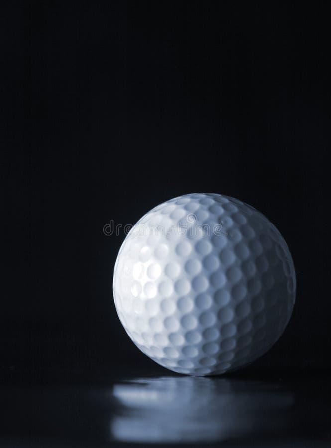Bille de golf sur le noir image libre de droits