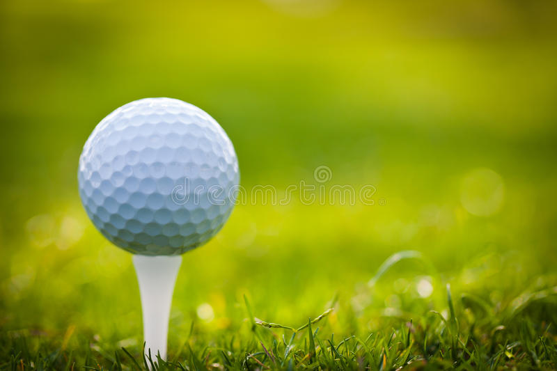 Bille de golf sur le té photographie stock