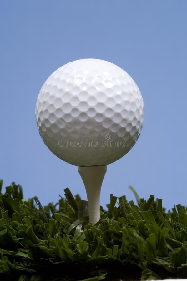 Bille de golf sur le té sur l'herbe photo libre de droits