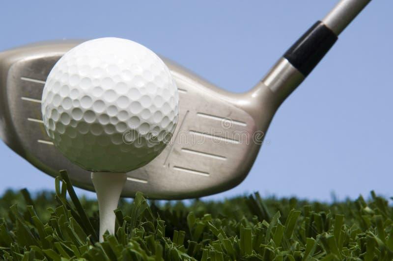 Bille de golf sur le té sur l'herbe avec le gestionnaire photos stock
