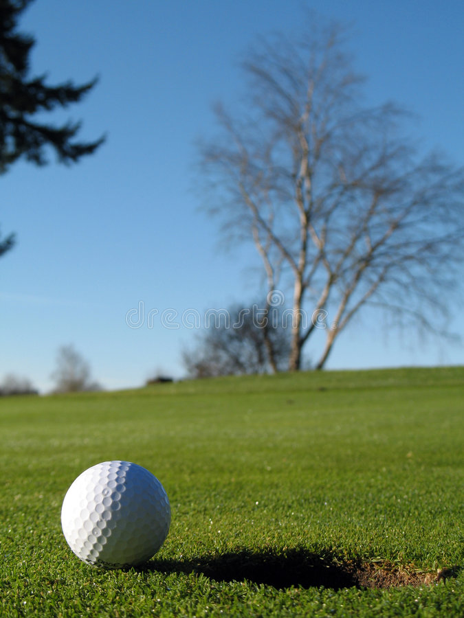 Download Bille de golf sur le vert photo stock. Image du vert, nuages - 4350334