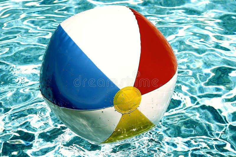 Bille de plage dans la piscine photo stock