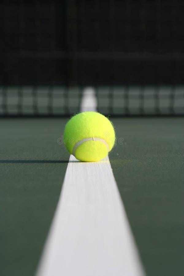 Bille de tennis en bas de la ligne image libre de droits