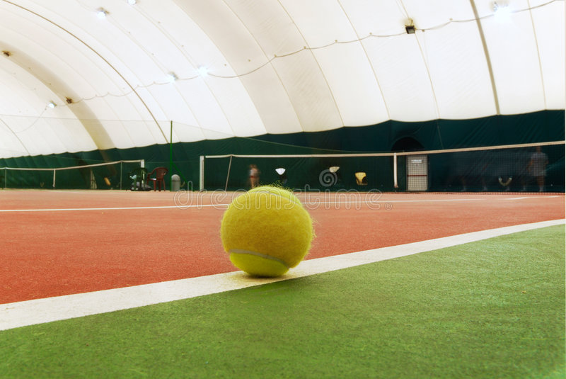 Bille de tennis sur la cour images stock