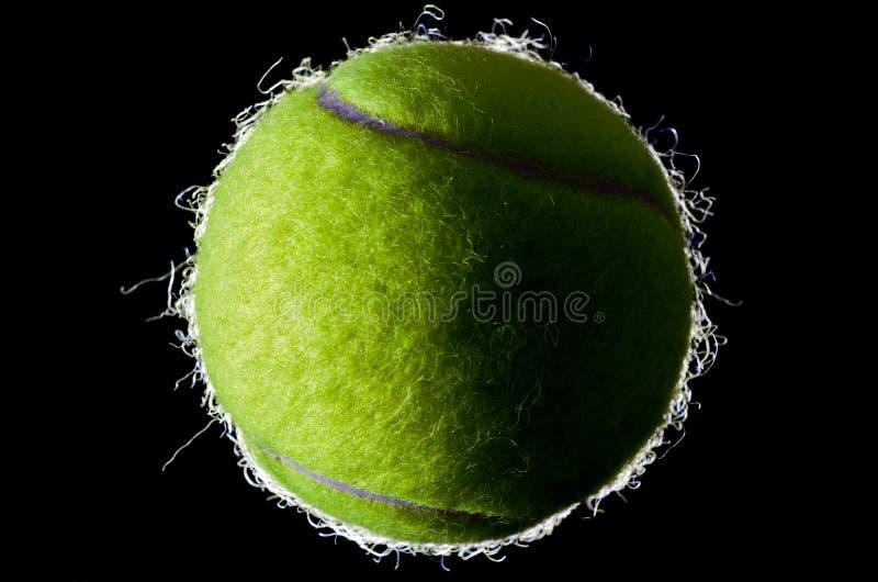Bille de tennis sur le fond noir image stock