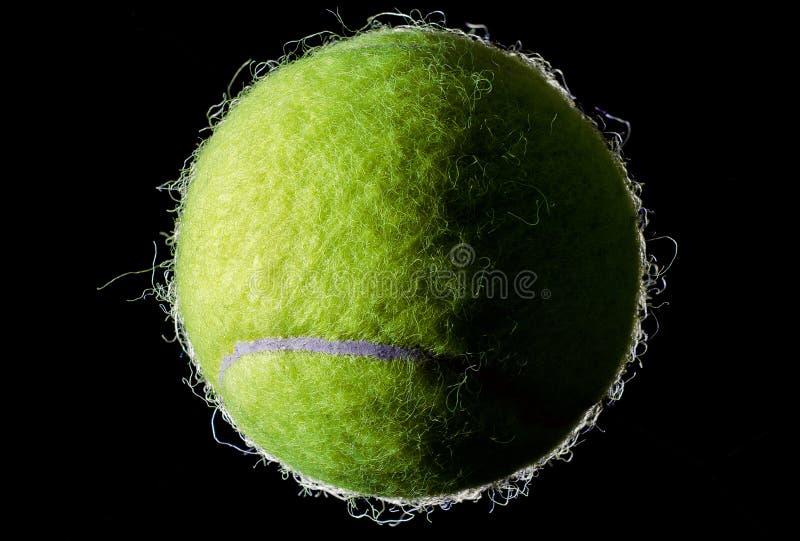Bille de tennis sur le fond noir photos libres de droits