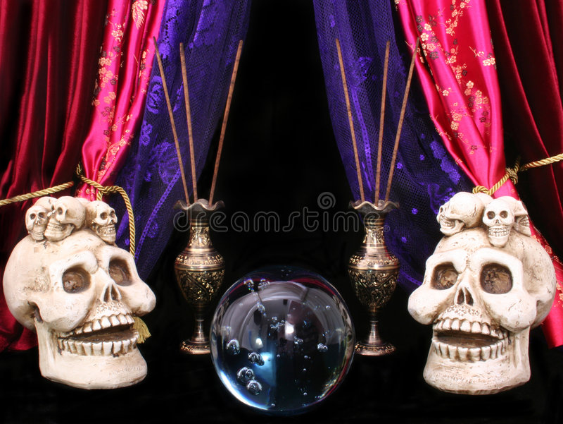 Bille en cristal avec des crânes photos stock