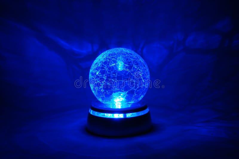 Bille en cristal lumineuse bleue photographie stock libre de droits