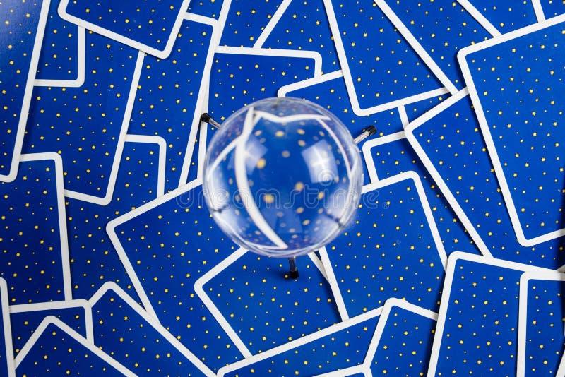Bille en cristal sur un fond des cartes de tarot. photo stock