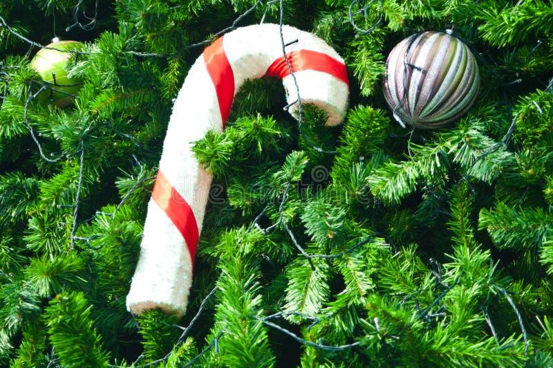 Bille et cadeau argentés sur l'arbre de Noël image stock
