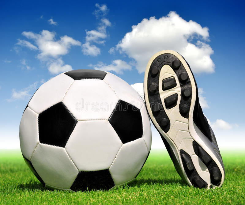 Bille et chaussures de football photos libres de droits