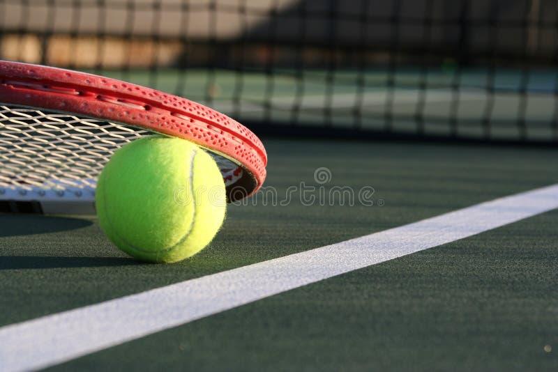 Bille et raquette de tennis photos stock