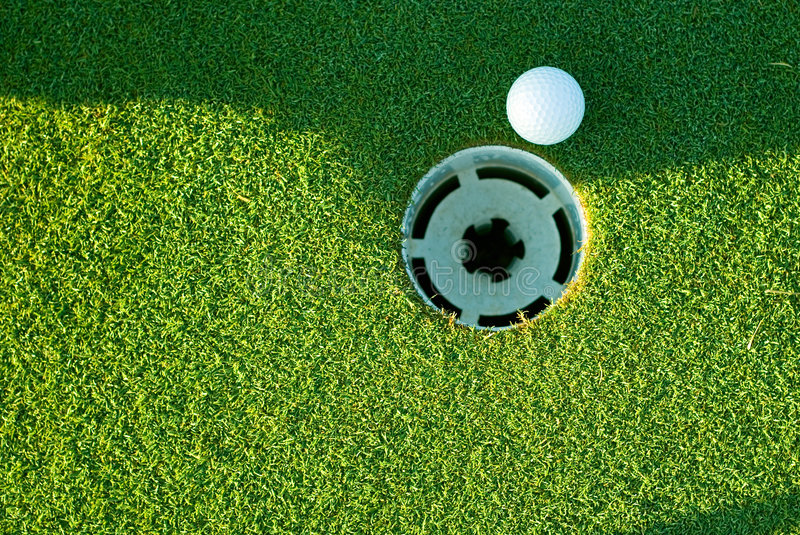 Bille et trou de golf photo stock