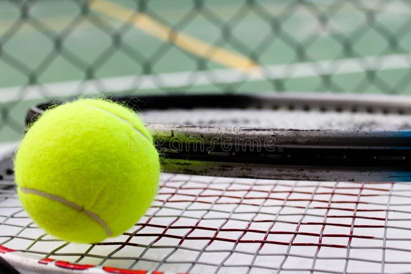 Bille, raquettes et cour de tennis photo stock