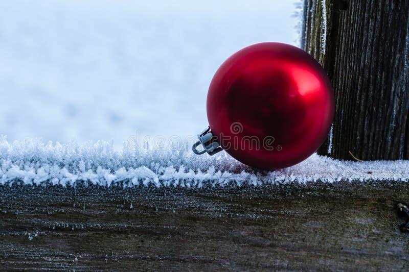 Download Bille rouge de Noël photo stock. Image du extérieur, blanchi - 45360470